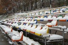 De zetels van de arena onder de sneeuw Stock Afbeeldingen