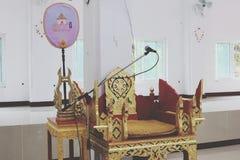 De zetels voor monniken worden van mooi die hout gemaakt met gouden platen wordt gevormd royalty-vrije stock fotografie