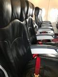 De zetels worden geplaatst in vliegtuigcabine Stock Afbeeldingen