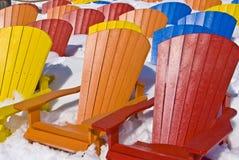 De zetelstoelen van de kleur in de sneeuw Stock Foto's