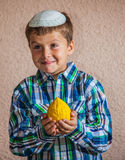 De zeven éénjarigenjongen houdt citron Royalty-vrije Stock Fotografie