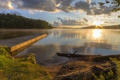 De zevende Zonsondergang van de Meerkust Stock Afbeelding