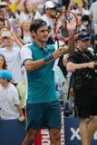 De zeventien keer Grote Slagkampioen Roger Federer van Zwitserland viert overwinning na eerste rond US Open 2015 Stock Foto