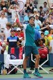 De zeventien keer Grote Slagkampioen Roger Federer van Zwitserland viert overwinning na eerste rond US Open 2015 Stock Afbeeldingen