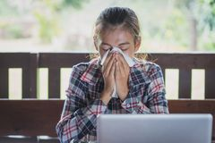 De zieke bedrijfsvrouw met het niezen in weefsel, Vrouwen niest stock afbeeldingen