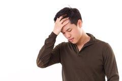 De zieke, beklemtoonde mens lijdt aan hoofdpijn Royalty-vrije Stock Foto