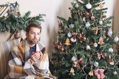 De zieke geïsoleerde kerel heeft lopende neus de mens maakt een behandeling voor de verkoudheid De winterconcept - Kerstmisvakant Stock Foto