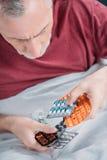 De zieke geneesmiddelen van de mensenholding in handen Royalty-vrije Stock Foto's