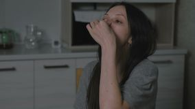 De zieke jonge vrouw druipt neusdaling aan neus in de keuken bij nacht Behandeling van Rhinitis thuis stock videobeelden