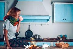 De zieke vrouw drinkt thee in de keuken royalty-vrije stock foto's