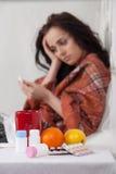 De zieke vrouw ligt in een huisbed. Stock Foto