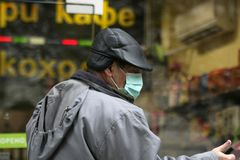 """De zieken dragen beschermende maskers tegen de gang van het griepvirus op de straat nov., 2009 in van Sofia, Bulgarije †""""01 Stock Foto's"""