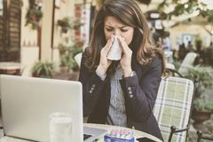 De zieken met temperatuur maar moeten werken stock fotografie