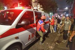 De ziekenwagen is altijd klaar om slachtoffers van de 2019 demonstraties van Djakarta te brengen royalty-vrije stock foto
