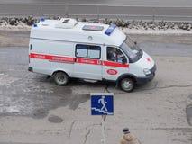 De ziekenwagen in Omsk vervoerden de patiënt stock afbeelding