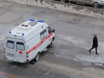 De ziekenwagen in Omsk wacht op de patiënt stock afbeeldingen