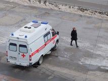 De ziekenwagen in Omsk wacht op de patiënt royalty-vrije stock fotografie