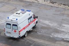 De ziekenwagen in Omsk wacht op de patiënt stock foto
