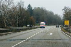 De ziekenwagen van Deutschesrotes Kreuz op een regenachtige dag stock fotografie