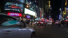 De ziekenwagen van New York FDNY op de straat van Manhattan met correct signaal stock videobeelden