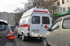 De ziekenwagenauto wordt geplakt in een opstopping Tyumen, Rusland Royalty-vrije Stock Fotografie