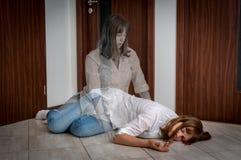 De ziel verlaat het lichaam na de vrouwen` s dood stock foto