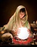 De zigeuner van de astrologie met kristallen bol royalty-vrije stock foto's