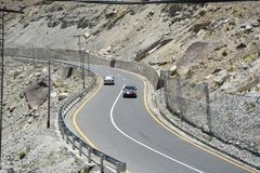 De zigzag van de asfaltweg royalty-vrije stock afbeeldingen