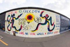 De Zijgalerij van het oosten - Straatkunst en Graffiti in Berlijn, Duitsland Stock Foto's
