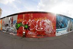 De Zijgalerij van het oosten - Straatkunst en Graffiti in Berlijn, Duitsland Royalty-vrije Stock Foto's