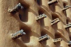 De zijgevel van een Dogon moddermoskee stock afbeelding