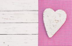 De zijn achtergrond van de babydouche, een meisje, hart op roze stoffengrens en wit uitstekend hout stock fotografie