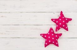 De zijn achtergrond van de babydouche, een meisje met twee roze sterrendecoratie op wit hout stock foto