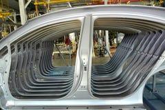 De zijwanden van het autolichaam in lassenwinkel van de automobiele onderneming stock afbeelding