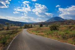 De zijweg van het land in het Noorden van Thailand Stock Foto