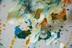 De zilverachtige witte groene wasachtige plonsen van de pastelkleur grijze oranje donkere waterverf, vatten creatieve achtergrond Stock Afbeelding