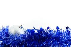 De zilveren bal van Kerstmis in blauw klatergoud Stock Foto