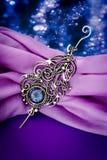 De zilveren broche van de de veertegenhanger van de mysticustopaas Royalty-vrije Stock Foto
