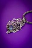 De zilveren broche van de de veertegenhanger van de mysticustopaas Stock Foto