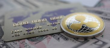 De zilveren close-up van de muntstukrimpeling XRP ligt op lijst stock foto