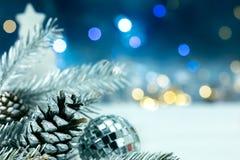 De zilveren decoratie van de Kerstmisboom op vage bac van slingerslichten Stock Fotografie