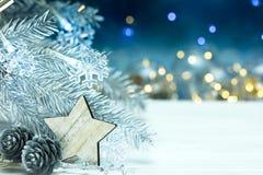 De zilveren die tak van de Kerstmisboom met sneeuwvlokkenslinger o wordt verfraaid Royalty-vrije Stock Afbeelding