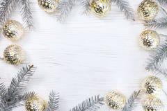 De zilveren die takken van de Kerstmisboom met het gloeien licht worden verfraaid garl Stock Foto's
