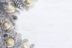 De zilveren die takken van de Kerstmisboom met het gloeien licht worden verfraaid garl Royalty-vrije Stock Afbeelding