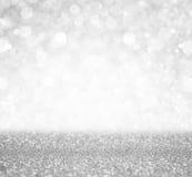 De zilveren en witte bokehlichten defocused abstracte achtergrond Royalty-vrije Stock Afbeeldingen