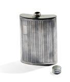 De zilveren fles van de metaalheup voor het dragen van whisky Royalty-vrije Stock Afbeeldingen