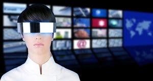 De zilveren futuristische bioskoop van het TVnieuws van het vrouwenportret Royalty-vrije Stock Foto's