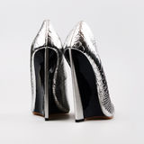 De zilveren hoge schoenen van de hielenpomp Stock Afbeeldingen