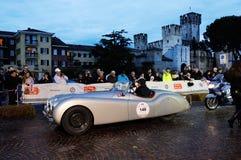 De zilveren Legering van Jaguar XK120 tijdens 1000 Miglia, in Sirmione Stock Afbeeldingen