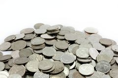De zilveren muntstukken stapelen verscheidene muntstukken Stock Fotografie